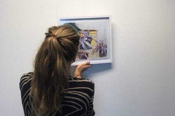 Britt Dorenbosch hangt haar werk op | Foto: Mijke Rummens